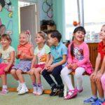 【卒園式】赤ちゃん連れの幼稚園のホールでビデオ撮影